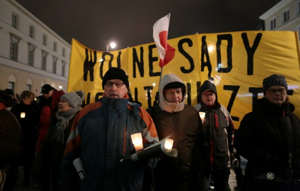 Protesting Poles sing for veto to court reforms