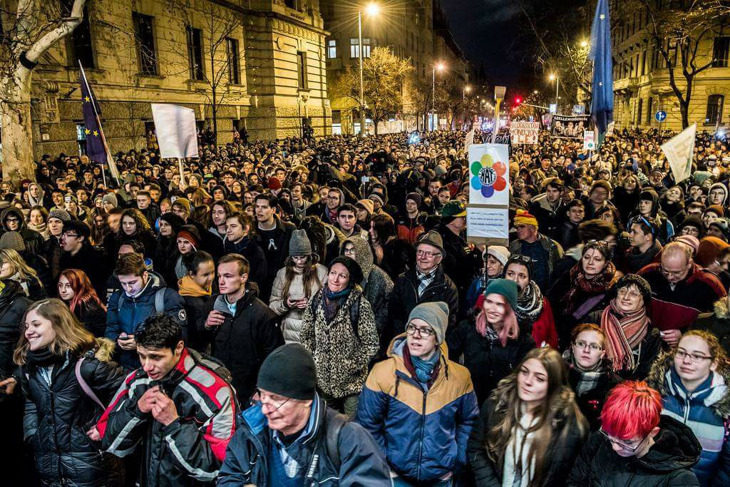 HUNGARY: Police fine protesters, photographer for jaywalking
