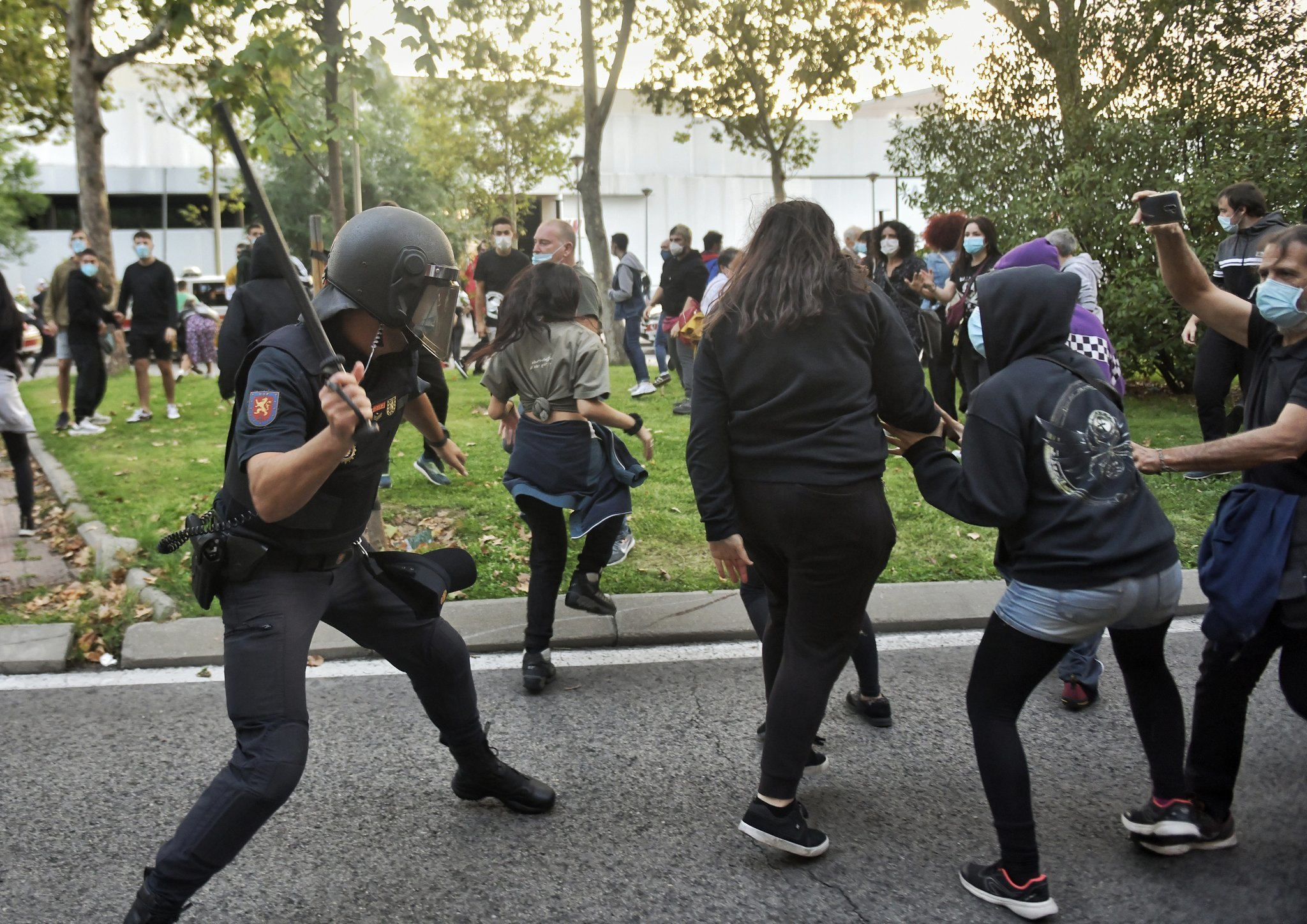SPAIN – Heavy police charges and three detainees in the protest in Madrid against selective confinements